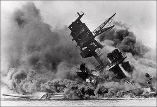 真珠湾攻撃で沈む米戦艦アリゾナ.jpg